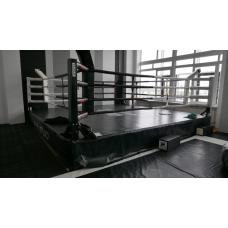 Ринг боксерский с боев. зоной 4 х 4 м., на помосте 5 х 5 м. высотой 0,5 м.